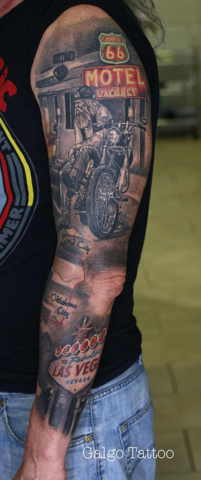 Tatuaje realismo de la ruta 66, manga completa en black and grey con algunos tonos de color. Full sleeve tattoo route 66