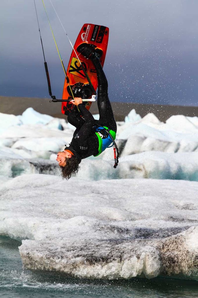 Kitesurfing Europe´s biggest glacier in Iceland. Foto: Tom Schüller