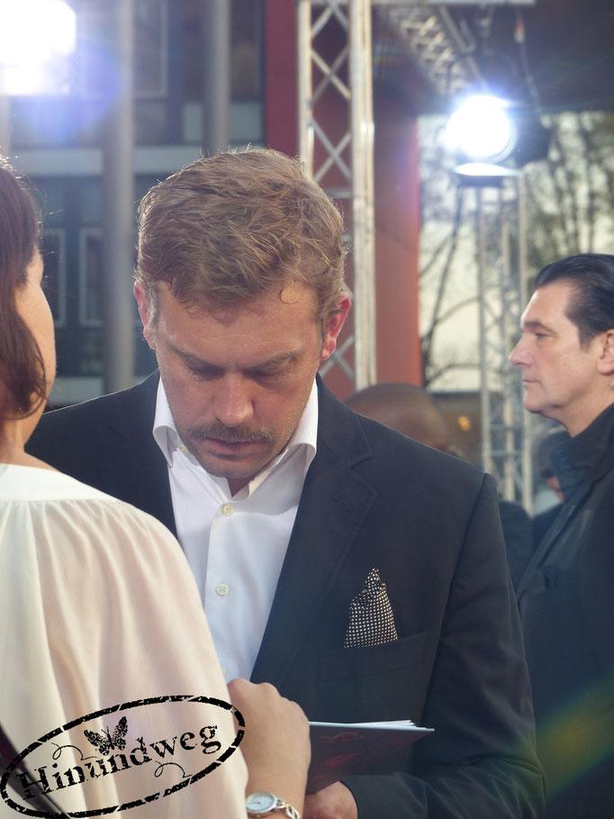 Sebastian Bezzel gibt Autogramme