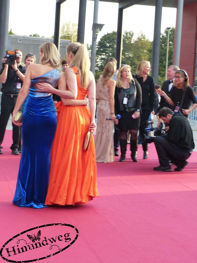 Ann-Kathrin Kramer und Gesine Cukrowski posieren für die Fotografen