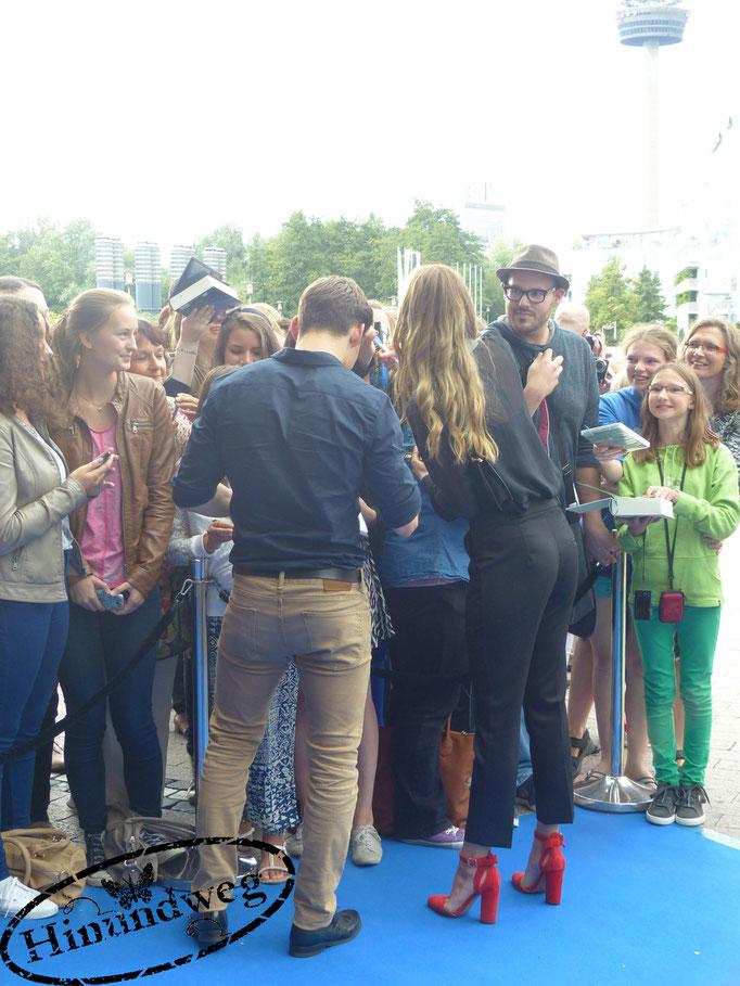 Lion Wasczyk und Laura Berlin mit Fans