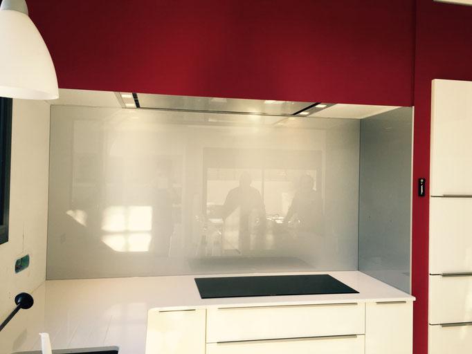 Crédence de cuisine en verre sur mesure laqué gris 6 mm