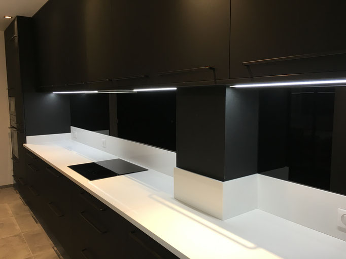 Crédence de cuisine en verre sur mesure laqué noire 6 mm