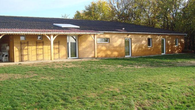La maison bois qui domine le manège couvert: 5 chambres de 2 à 6 lits : 20 couchages