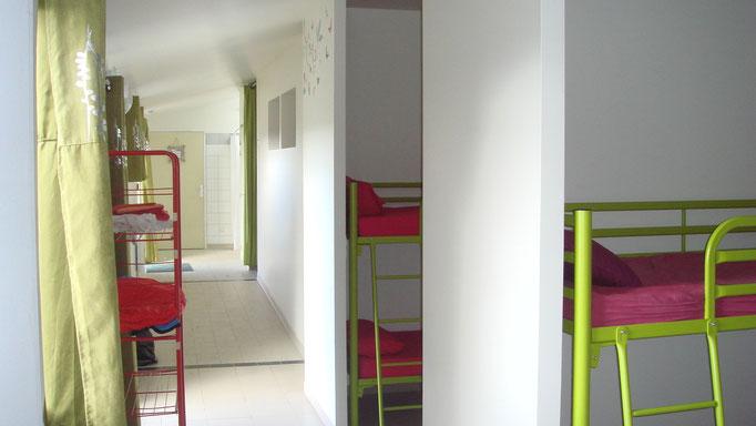 Aménagements modernes et gais pour faciliter la vie collective du centre de vacances