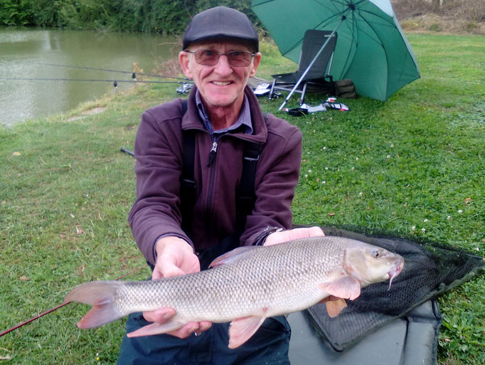 Ron Seal with the Ashmoor Lake record 5lb 7oz Barbel(August 2016)
