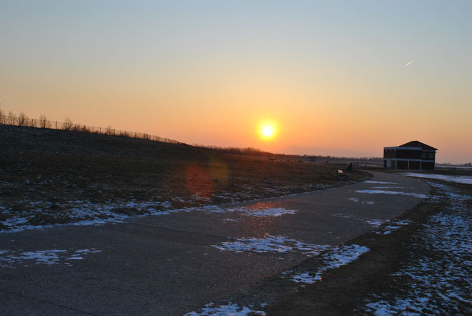 Sonnenuntergang am Rad- und Fußweg am Strand Hooksiel