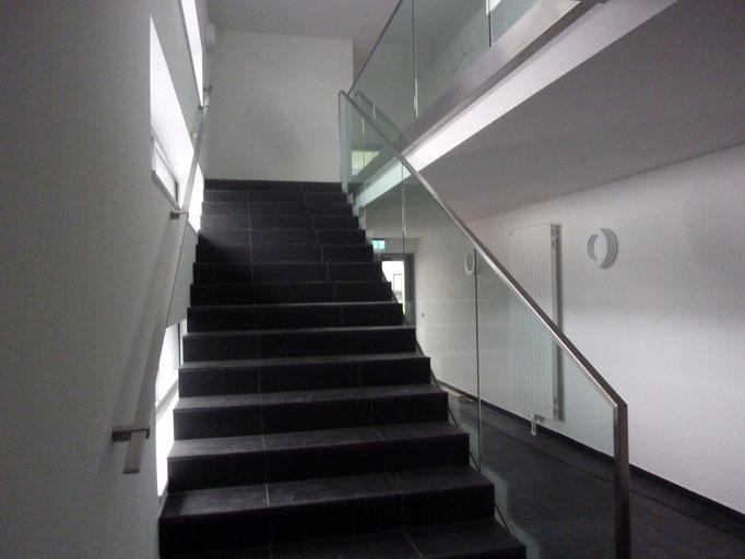 Ganzglasgeländer im Treppenhaus