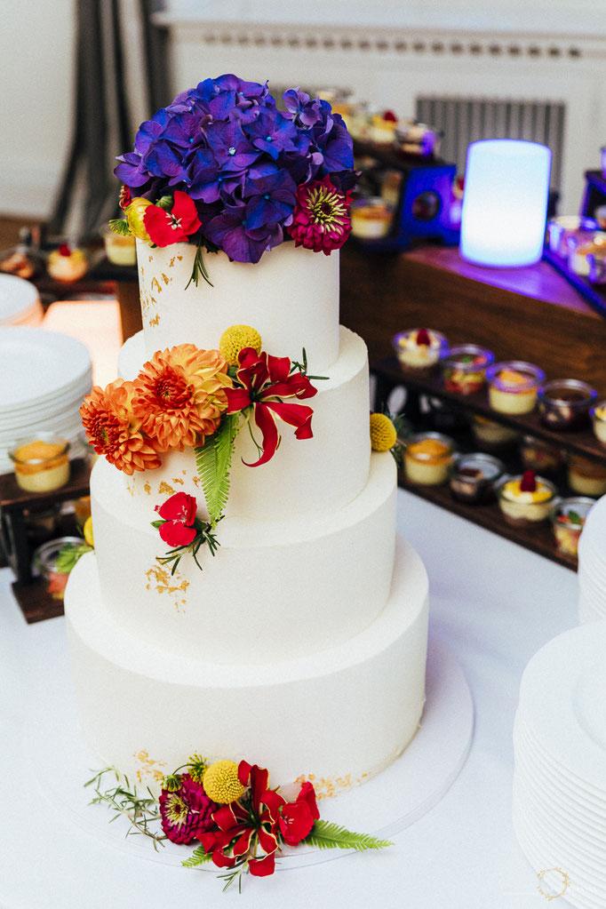 Naked Cake Hochzeitstorte mit exotischen Blumen in bunt / Hochzeit in Hamburg