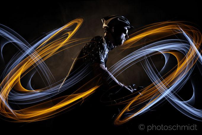 Fahrradfahrer mit Lichteffekt