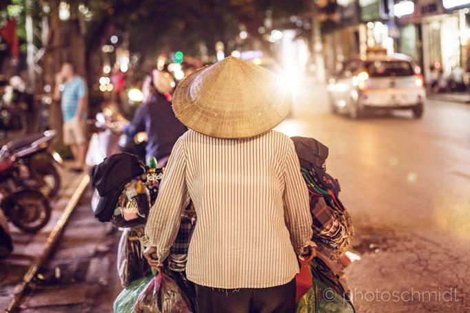 Asiatische Straßenhändlerin, Hanoi, Vietnam