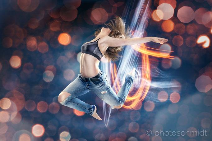Tänzerin im Sprung, abstrakter Hintergrund