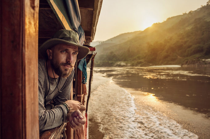 Abenteurer am Mekong blickt aus dem Boot