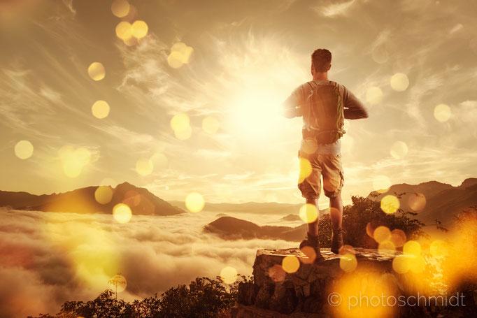 Wandere auf einem Gipfel bei Sonnenuntergang