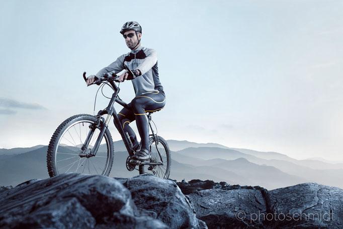 Mountainbiker auf einem Gipfel