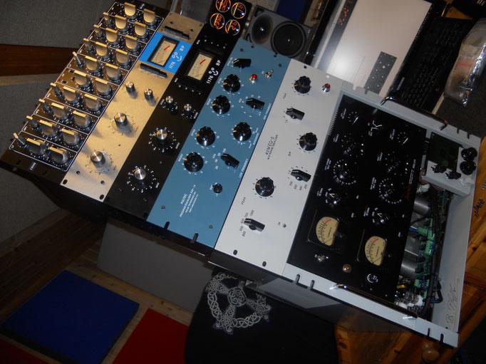 Eine ansehnliche Kollektion meiner selbst gebauten Studioklassiker-Klone. Fairchild F670, Pulteq Mid EQ, Pultec EQ, Urei 1176 Vers D, Urei 1176 Vers A, Sonteq Mastering EQ