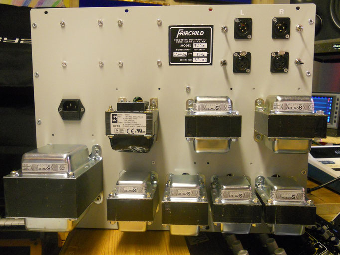und das wären die restlichen 8 der 14 Trafos, ziemlich viel Eisen für 2 Audio-Kanäle....
