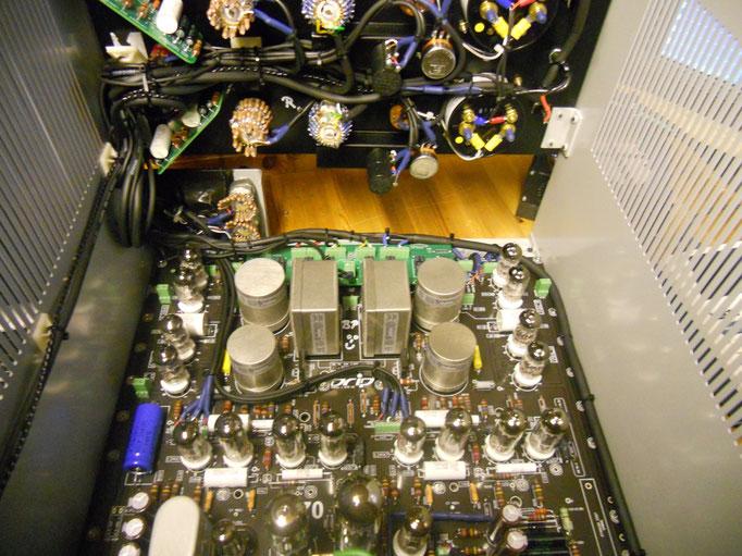 Fairchild F670 Kompressor Klon mit noch mehr Innenleben. 20 Röhren und 14 Trafos (6 davon auf hier der Platine sichtbar) erzeugen viel Wärme, gut im Winter ;-)