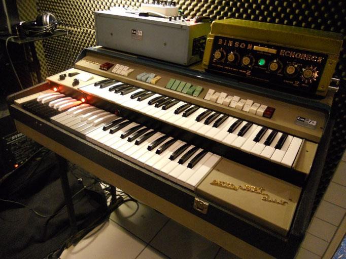 Auch vintage Equipment der etwas anderen Art ist verfügbar. z.B. Farfisa Compact Duo Orgel von 1967 (zu hören z.B. bei Echoes / Pink Floyd) mit Binson Echorec Röhren Magnetscheibenecho...