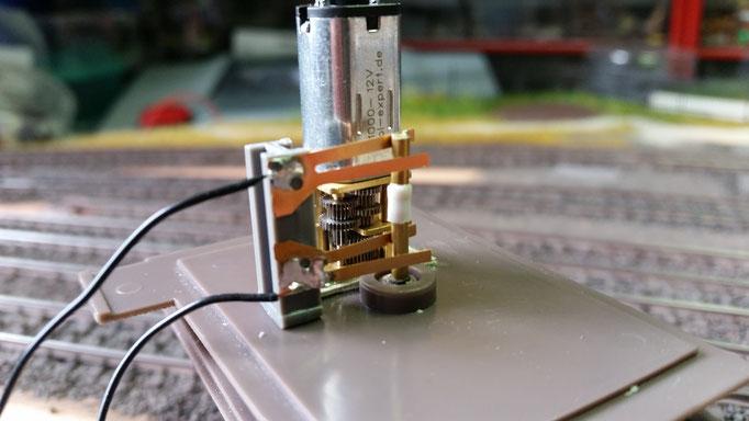 Da der obere Teil des Krans sich unendlich drehen sollen kann, muss darunter ein Drehschleifer installiert werden, der den Strom nach oben zum weiteren Decoder befördert