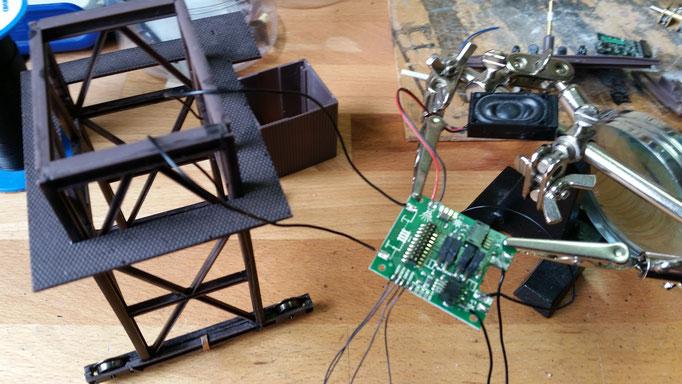 Einer der drei Decoder ist ein Sounddecoder, der hier schon mal mit allen nötigen Kabeln versehen wird