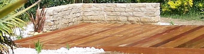 terrasse bois mur en pierres