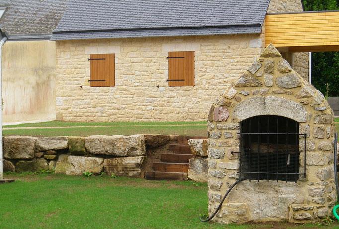 gazon et mur en pierres