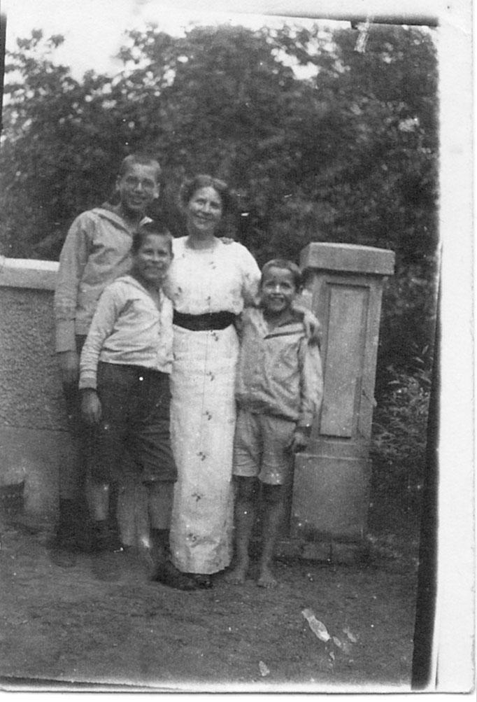 Irmgard mit ihren drei Söhnen