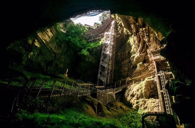 Het departement kent veel beroemde grotten.
