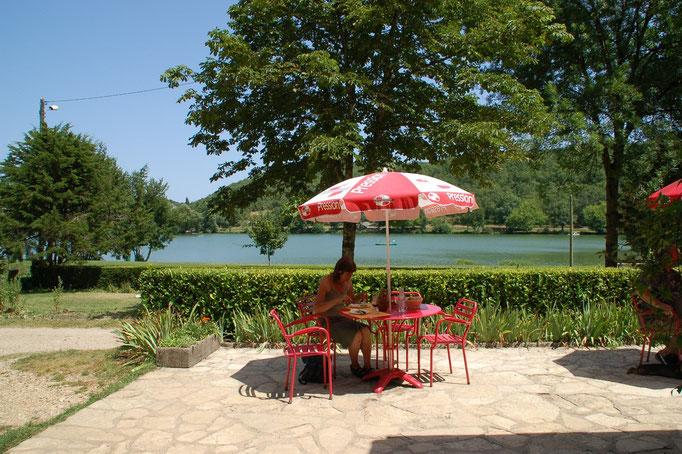 Zo'n 8 tot 10 km van het huis zijn verschillende recreatiemeertjes en restaurantjes.