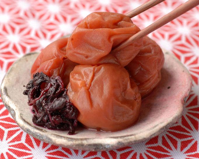 紅(くれない)シソで漬けた梅干しです。素朴な味わいの梅干しに国産のシソで紅をさしました。 塩分 12%