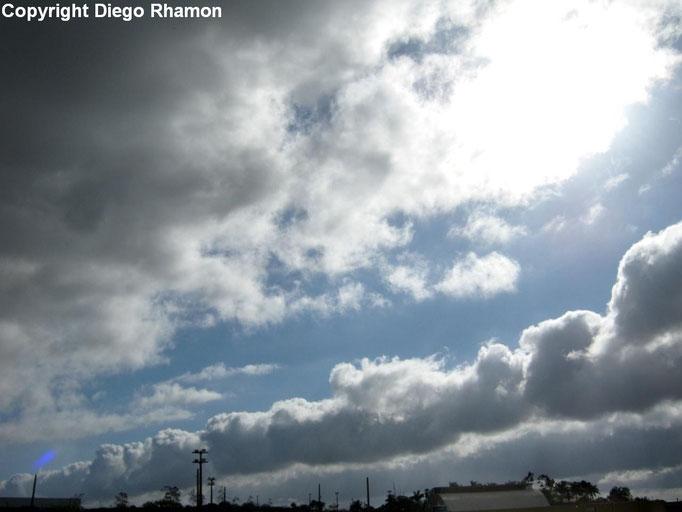 Cumulus humilis radiatus vistas em Campina Grande, Paraíba, em 16/11/2014.