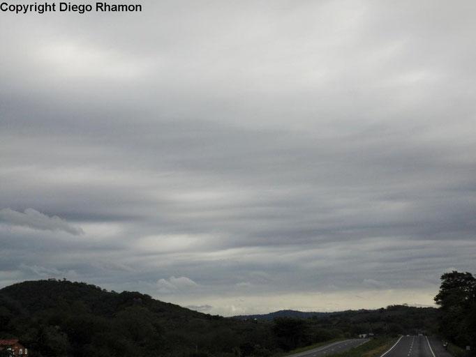 Altostratus undulatus vistas em Campina Grande, Paraíba, em 03/04/2015.