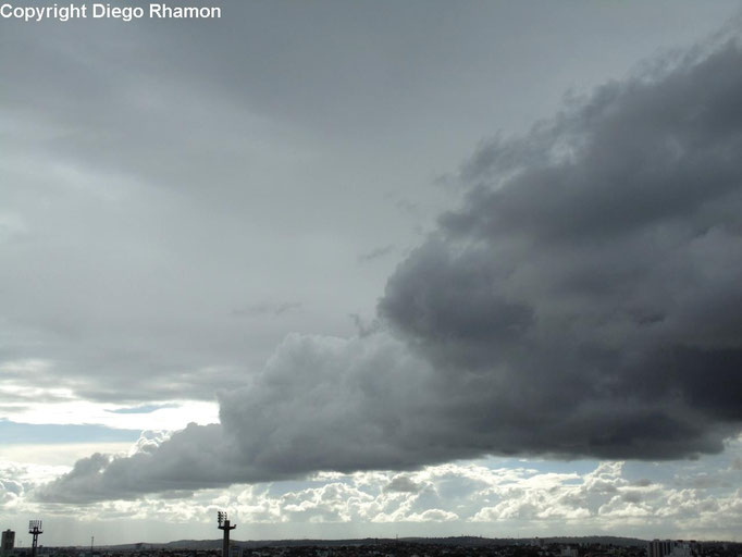 Cumulus humilis radiatus vistas em Campina Grande, Paraíba, em 22/04/2015.