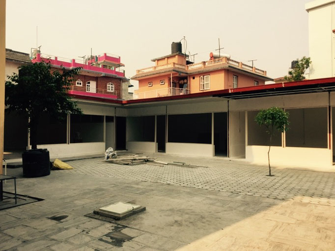 Hinter dem Haus gibt es einen neuen Anbau. Dort sollen ein Speiseraum sowie study rooms rein.
