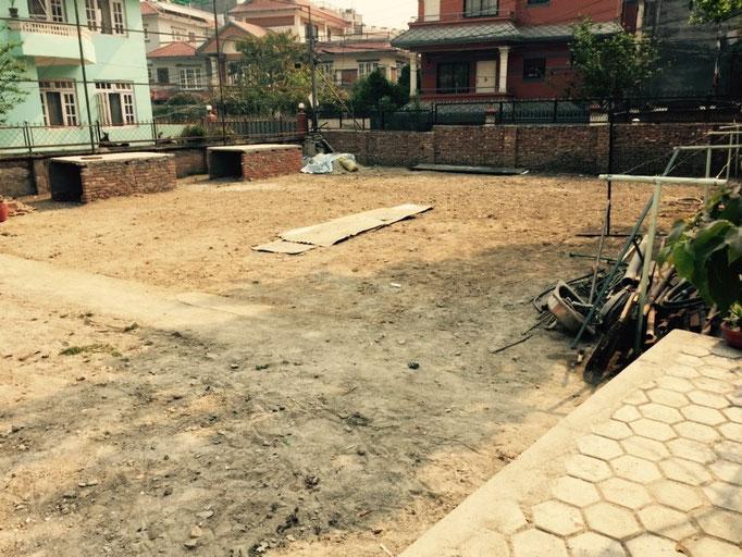 Hier entsteht ein Sportplatz. Nicht ganz so groß wie der hinterm anderen Haus, aber auf jeden Fall genug Platz für die vielen kleinen Hummeln zum Spielen.
