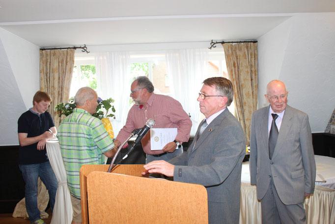 Jürgen Engelmann gratuliert Hans-Peter Nießen zur Ehrung des DPV mit der goldenen Ehrennadel.