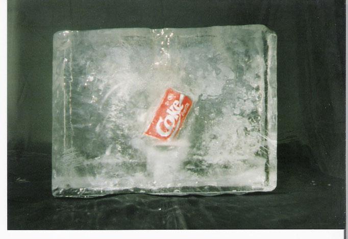 Einfrierung :Coladose im Eisblock