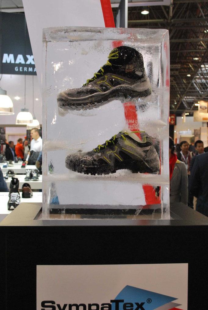Einfrierung : Eisblock mit Schuhen