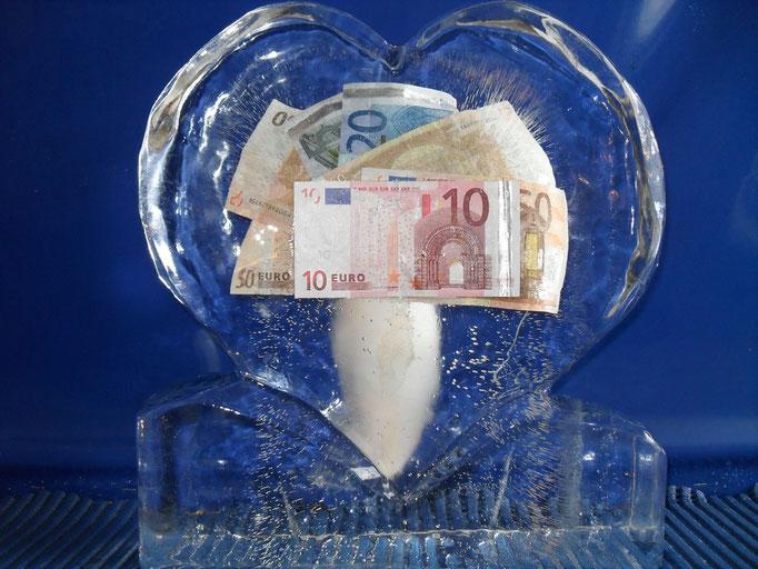 Einfrierung: Geldscheine im Eisherz