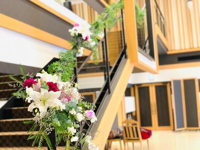 階段装花がワンランクアップのおもてなしへ