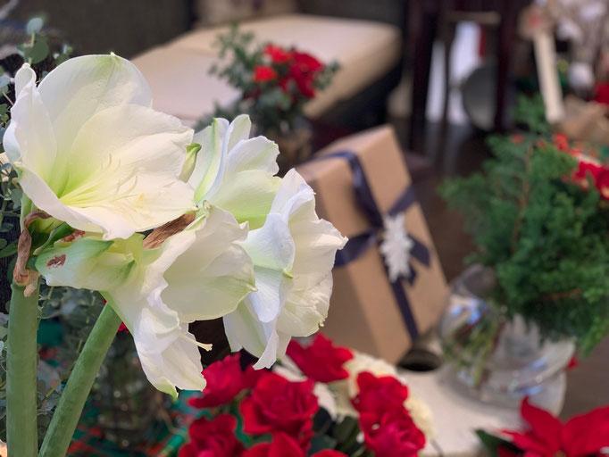 アマリリスが存在感のある花飾り
