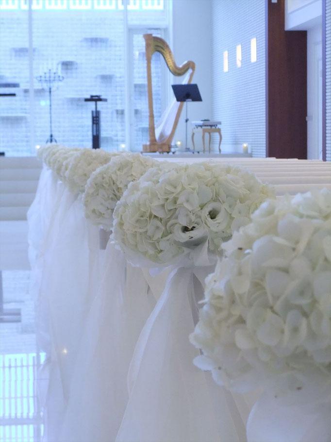 純白に飾るチャペル装花