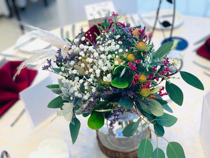 ボタニカルにまとめたテーブル装花