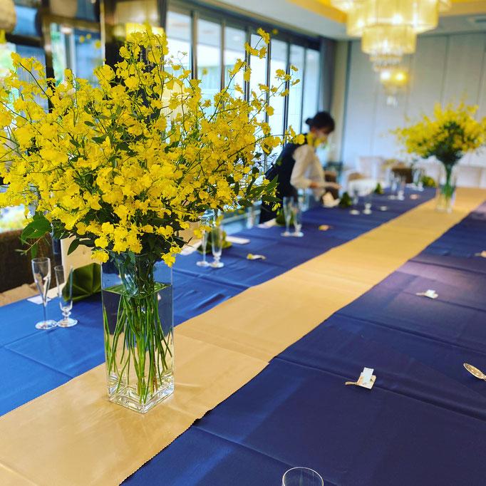 オンシジュームで華やかなテーブル装花