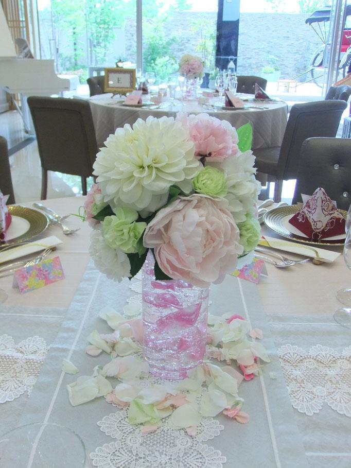 透き通る花器の美しいテーブル装花