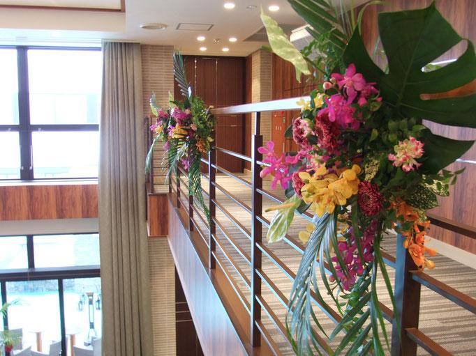 カラフルな階段装花