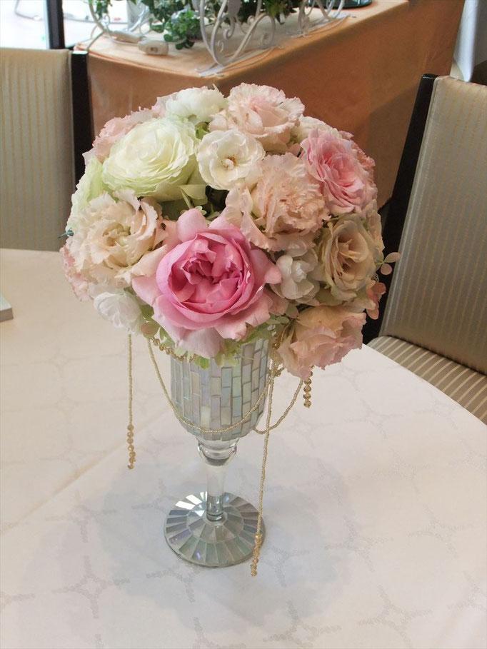 アンティークな花器に花飾り