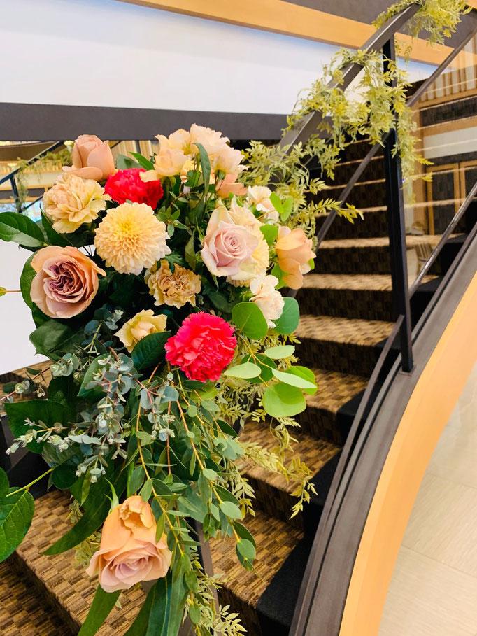 階段装花で華やかさアップ