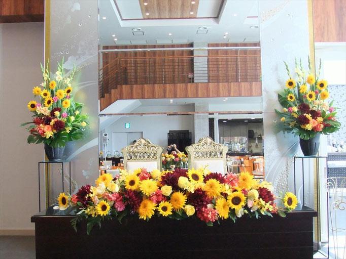 ヒマワリとダリアで初秋の花飾り